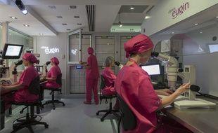 La clinique Eugin, spécialisée et réputée dans la congélation d'ovocytes reçoit de plus en plus de patientes françaises.