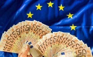 Des billets de 50 euros sur un drapeau européen, à Lille, le 25 avril 2014