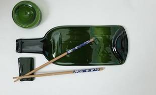 Un set à sushis fabriqué à partir d'anciennes bouteilles de vin.