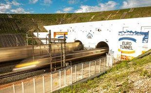 Des navettes entrent et sortent d'Eurotunnel, le 20 octobre 2015