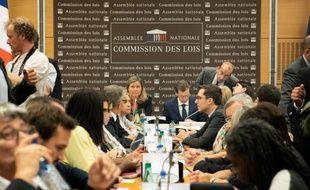 Yaël Braun-Pivet (LREM) et Guillaume Larrivé (LR) au milieu de la commission des lois de l'Assemblée nationale, transformée en commission d'enquête.