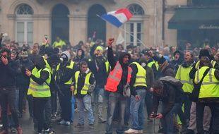 Manifestation des «Gilets jaunes» le samedi 1er décembre devant l'hôtel de ville de Bordeaux.