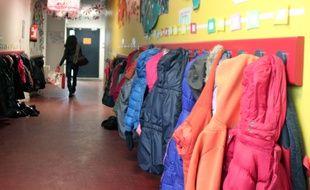 Illustration d'un couloir dans une école élémentaire.