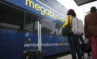 En gare de Dijon et a destination de Paris, des voyageurs embarquent dans un autocar de la societe britannique de transport Megabus, filiale du groupe Stagecoach.