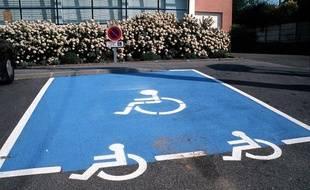 stationnement les places pour handicap s sont occup es. Black Bedroom Furniture Sets. Home Design Ideas