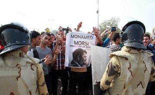 """Le président islamiste égyptien Mohamed Morsi, destitué par l'armée il y a quatre mois, est arrivé lundi au tribunal du Caire qui doit le juger pour """"incitation au meurtre"""" de manifestants quand il était au pouvoir"""