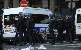 Des manifestants tamouls interpellés gare du Nord à Paris, après qu'un rassemblement a dégénéré, lundi 20 avril 2009.
