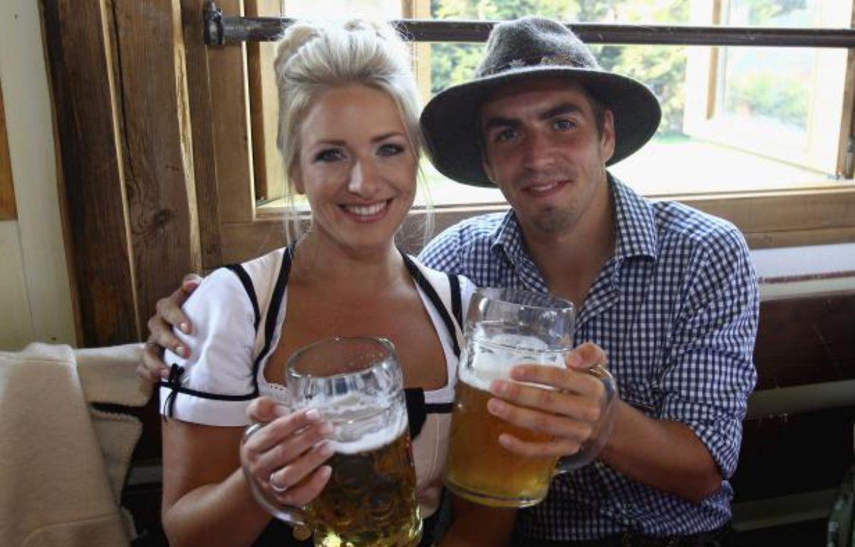 Philipp Lahm et sa compagne lors de la fête de la bière, le 2 octobre 2011 à Munich. – POOL NEWS / REUTERS