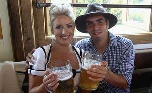 Philipp Lahm et sa compagne lors de la fête de la bière, le 2 octobre 2011 à Munich.