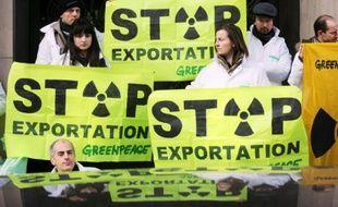 Des militants de Greenpeace manifestent devant le siège d'Areva, le 20 février 2010 à Paris
