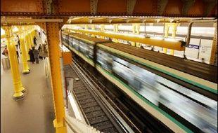 """Le groupe public RATP a annoncé vendredi un nouveau bond de son bénéfice net en 2005, plus que doublé (+140,5%) à 55,8 millions d'euros contre 23,2 M EUR en 2004, au terme d'une année record de fréquentation, et compte en 2006 maintenir ce """"niveau élevé"""" de résultat."""