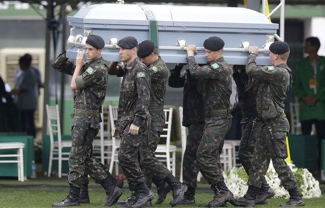Des militaires portent les cercueils des victimes du crash aérien