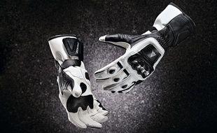 Une paire de gants de moto homologuée.