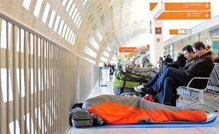 Des passagers à l'aéroport de Roissy, le 24 décembre 2010.