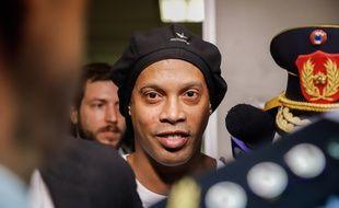 Ronaldinho quitte le Palais de justice à Asuncion, au Paraguay, le 6 mars 2020.