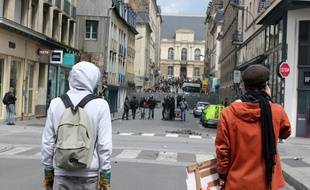 Des manifestants face aux policiers rue Jean-Jaurès à Rennes, le 28 avril 2016 lors d'une manifestation contre la loi El Khomri.
