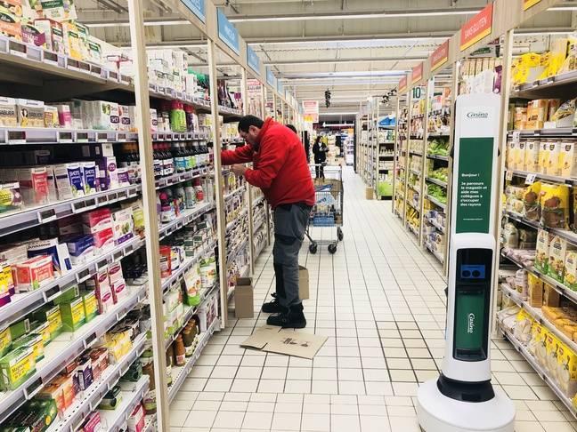 Le robot aide les salariés à repérer les ruptures de stock dans le magasin.