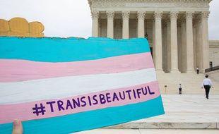 Le drapeau trans lors d'une manifestation, en octobre 2019.