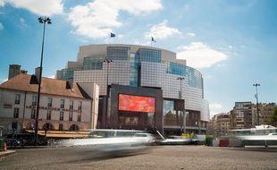 Le look de l'Opéra Bastille ne fait pas nécessairement rêver, encore moins depuis la récente installation d'un puissant écran géant LED sur sa façade.