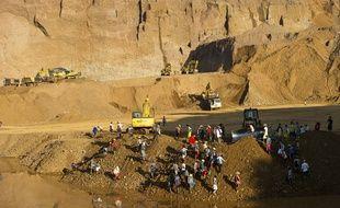 Des Birmans travaillent près d'une mine de jade dans le nord du pays, le 4 octobre 2015.