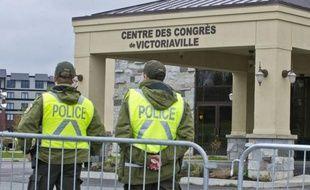 Policiers omniprésents, dans les rues jusqu'au toit d'un hôtel, commerces fermés, afflux massif de jeunes: la municipalité paisible de Victoriaville était le théâtre malgré elle vendredi d'un chassé-croisé entre le gouvernement et les étudiants québécois en colère.