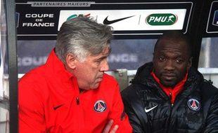 Claude Makelele et CarloAncelotti en discussion sur le banc du PSG, le 8 janvier 2012 à Lorient, avant un match contre Locminé.