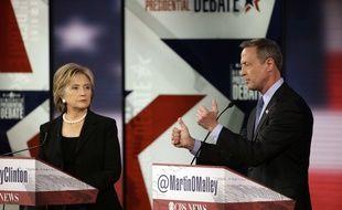 Les candidats Hillary Clinton (à gauche) et Martin O'Malley, lors du débat pour la primaire démocrate, samedi 14 novembre 2015, à Des Moines, Iowa.