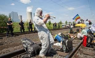 Des militants écolo bloquent la ligne de chemin de fer reliant une mine de charbon à une centrale, le 23 juin 2019 en Allemagne.