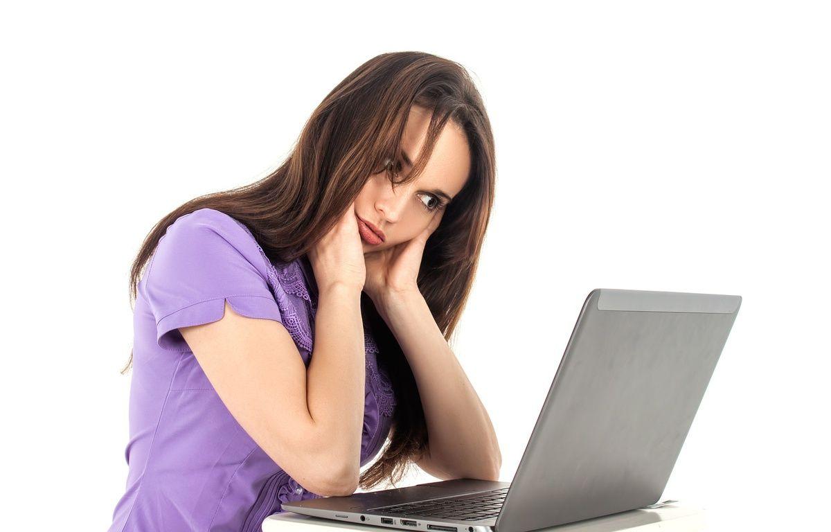Une jeune femme regarde un ordinateur portable. Photo d'illustration. – Pixabay