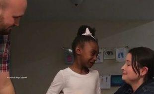 Paige Zezulka et son mari annonçant à leur fille qu'ils vont l'adopter officiellement.