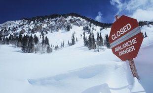 Un panneau appelant à prudence pour cause d'avalanche. Illustration.