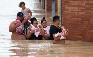 Des habitants dans les rues inondées d'Almoradi en Espagne, le 13 septembre 2019.