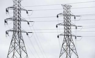 Une ligne à haute-tension à la sortie d'une centrale électrique (illustration).