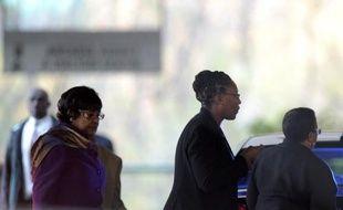 """L'état de santé de l'ancien président Nelson Mandela, hospitalisé depuis presque trois semaines à l'âge de 94 ans, s'est """"grandement amélioré même si cliniquement il ne va pas bien"""", a déclaré vendredi à la presse son ex-épouse Winnie Madikizela-Mandela."""