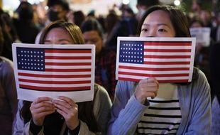 A Hong Kong, les drapeaux américains sont de sortie.