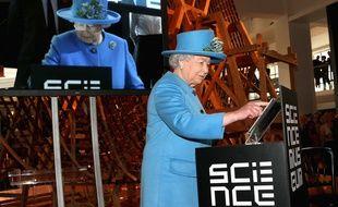 La Reine Elisabeth II envoie un tweet lors d'une visite au Science Museum, à Londres, le 24 octobre 2014.
