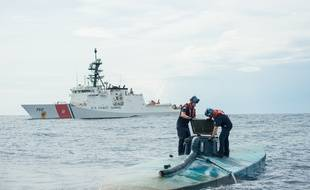 Photographie diffusée par les gardes-côtes américains montrant  l'arraisonnement d'un semi-submersible au large du Mexique contenant plus de 7 tonnes de cocaïne, le 18 juillet 2015.