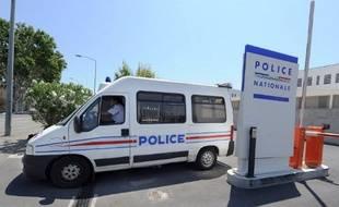 Avignon, le 28 juin 2011. Un fourgon de police quitte le commissariat d'Avignon.