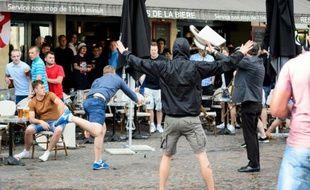 Des hooligans russes jettent des chaises sur des supporters anglais, le 14 juin 2016 à Lille