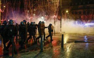 En fin d'après-midi, samedi 22 décembre 2018, des manifestants s'en sont violemment pris à des policiers sur les Champs-Elysées, en marge du mouvement des «gilets jaunes».