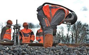Un ouvrier pose le dernier rail de la ligne LGV Paris-Strasbourg, le 31 mars 2015 près d'Eckwersheim