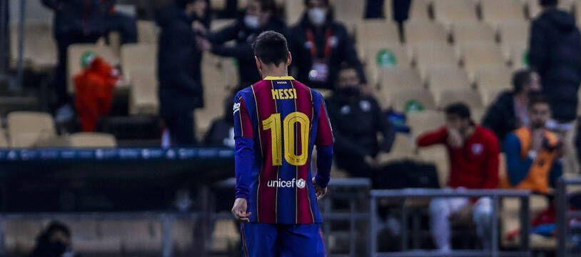 Lionel Messi quittant la pelouse après son carton rouge, à Séville le 17 janvier 2021.