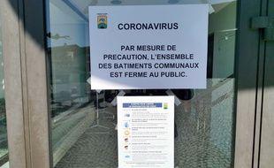 Illustration d'un panneau de fermeture en raison de l'épidémie de coronavirus, ici en Haute-Savoie.