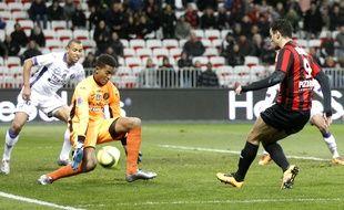 Le gardien de Toulouse Alban Lafont face à l'attaquant niçois Hatem Ben Arfa lors d'un match de Ligue 1 à Nice, le 3 février 2016.