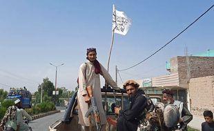 Des dizaines de combattants talibans ont pris le palais présidentiel à Kaboul, clamant leur victoire sur le gouvernement afghan.