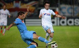 L'attaquant marseillais Mathieu Valbuena (en blanc), taclé par le défenseur de Naples, Christian Maggio, le 22 octobre 2013 à Marseille lors d'un match de Ligue des champions.
