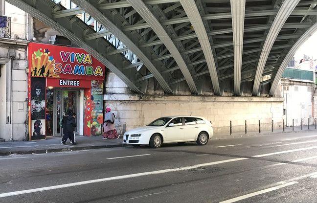 Le magasin Samba fête se situe juste à côté du pont.
