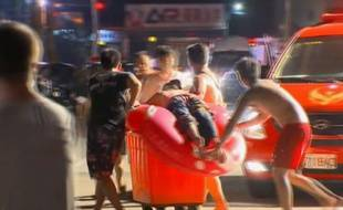 Un spectateur blessé est évacué par les secours à Taïwan, après une explosion durant un concert, le 28 juin 2015.
