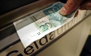 Les Allemands semblent faire le deuil de leur ancienne monnaie nationale, le Deutsche Mark, à laquelle ils sont restés longtemps attachés après l'introduction de l'euro, selon un sondage