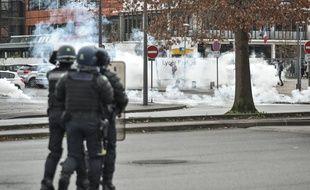 """Un adolescent de 15 ans, blessé à l'oeil le 6 décembre pendant les manifestations, porte plainte contre la police pour """"Violence violontaires""""""""  (illustration"""